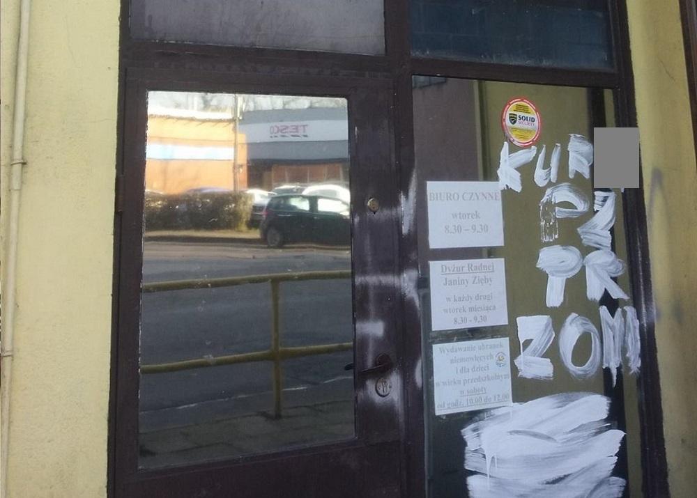 Obraźliwe napisy na drzwiach siedziby PiS-u