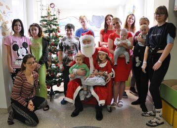 Prezydent w roli Świętego Mikołaja odwiedził dzieci przebywające w szpitalu