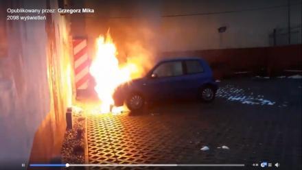 Przed siedzibą telewizji płonął samochód