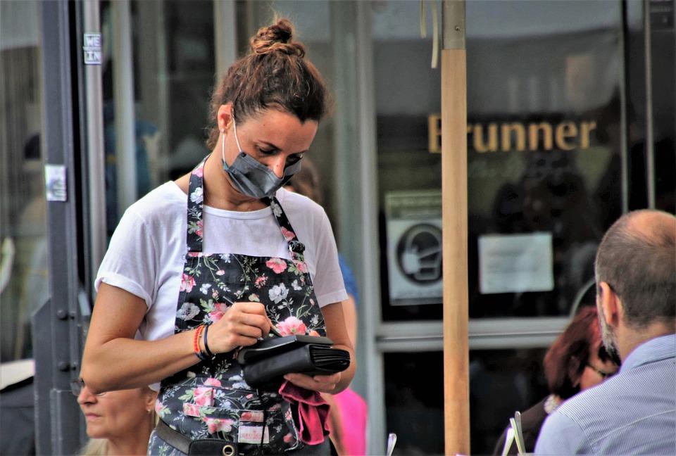 Niedzielski: od 26 czerwca większe obłożenie w restauracjach i lokalach gastronomicznych