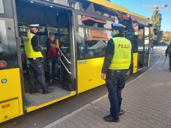 Świętochłowice: Policjanci kontrolują noszenie maseczek w komunikacji miejskiej